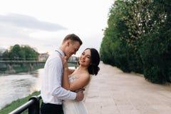 Потеха и счастливая невеста на ваш день свадьбы Обнимать с холят и смеяться весело стоковые фотографии rf