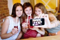 потеха коктеила имея детенышей людей партии Стоковая Фотография RF