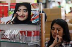 потеха косметик милая имея делает продукты состава вверх по женщине Стоковое Фото
