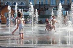 Потеха купая в фонтане Стоковое Изображение