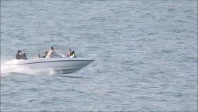 Потеха летнего отпуска семьи быстроходного катера сток-видео