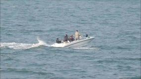 Потеха летнего отпуска семьи быстроходного катера акции видеоматериалы