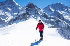 Потеха лыжи и снега Катание на лыжах человека в горах стоковые фото