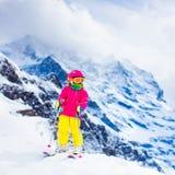 Потеха лыжи и снега Ребенок в горах зимы Стоковые Фото