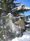потеха мальчика играя зиму снежка Стоковые Изображения