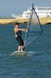 потеха мальчика имея windsurfing детенышей стоковое фото rf