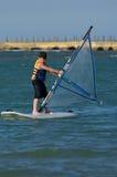 потеха мальчика имея windsurfing детенышей стоковые изображения rf