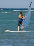 потеха мальчика имея windsurfing детенышей стоковое изображение