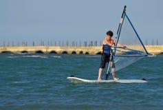 потеха мальчика имея windsurfing детенышей стоковые фотографии rf