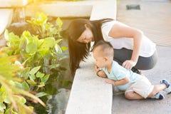 Потеха матери и сына внешняя стоковая фотография