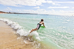 потеха мальчика имеет surfboard Стоковая Фотография RF