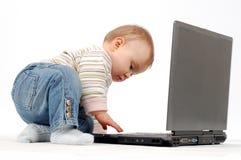 потеха младенца имея компьтер-книжку Стоковое фото RF