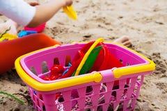 Потеха на пляже с красочными игрушками Стоковая Фотография