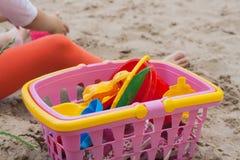 Потеха на пляже с красочными игрушками Стоковое Изображение