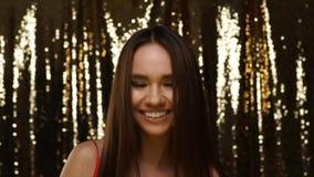 Потеха партии Пузыри мыла женщины дуя на сияющей золотой предпосылке сток-видео