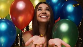 Потеха партии Счастливая женщина на торжестве с воздушными шарами и Confetti акции видеоматериалы