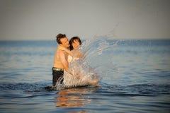 потеха пар имея море Стоковое Фото