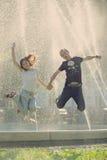 потеха пар имея смеяться над Стоковое Изображение