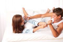 потеха пар кровати имея детенышей Стоковое Фото