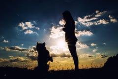потеха пар осени красивейшая имеет детенышей момента влюбленности outdoors Стоковые Фото