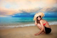 потеха пляжа имея детенышей женщины Стоковые Изображения RF