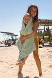 потеха пляжа имея малышей 2 детеныша Стоковая Фотография