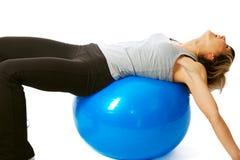 потеха пригодности шарика имея sportswoman Стоковые Изображения RF