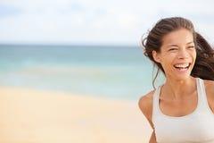 Потеха пляжа - бежать крупный план женщины с космосом экземпляра Стоковое фото RF