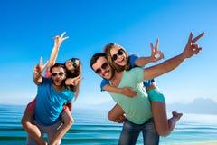 потеха пляжа имея детенышей людей Стоковое Изображение