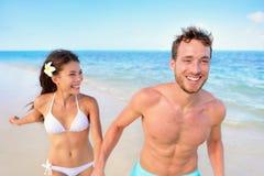 Потеха пляжа - соедините счастливое в смеяться над влюбленности Стоковое Изображение RF