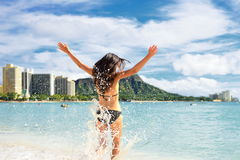 Потеха пляжа - счастливая женщина на Гаваи Waikikivacation Стоковые Фото