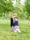 потеха ребенка имея мать влюбленности стоковое фото