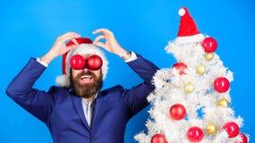 потеха рождества Концепция дела и рождества Украшение шарика рождества владением Санта Праздники значили ради веселья Человек бор стоковое фото