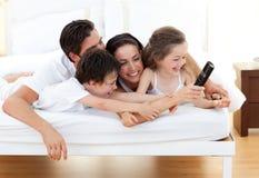 потеха семьи имея в реальном маштабе времени Стоковое Изображение