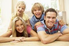 потеха семьи имея домашнее совместно Стоковое фото RF