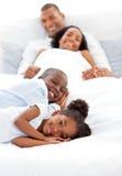 потеха семьи имея усмехаться Стоковые Фотографии RF