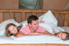 потеха семьи кровати имея Стоковое Изображение