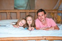 потеха семьи кровати имея Стоковые Фото