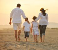 потеха семьи пляжа счастливая имеет детенышей Стоковое Изображение