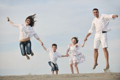 потеха семьи пляжа счастливая имеет детенышей Стоковая Фотография RF