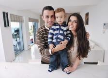 потеха семьи счастливая имеет домашних детенышей Стоковое Изображение RF