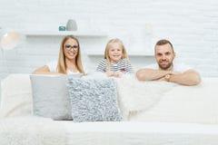 потеха семьи счастливая имеющ домашнее стоковые изображения