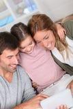 потеха семьи счастливая имеющ домашнее Стоковое фото RF