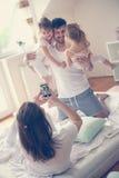 потеха семьи счастливая имеющ домашнее стоковая фотография rf