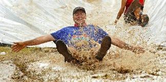 Потеха скольжения человека бега грязи стоковое изображение