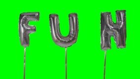 Потеха слова от писем воздушного шара гелия серебряных плавая на зеленый экран - видеоматериал