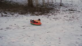 Потеха снега зимы дети едут трубопровод от скольжения видеоматериал