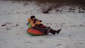 Потеха снега зимы дети едут трубопровод от скольжения акции видеоматериалы