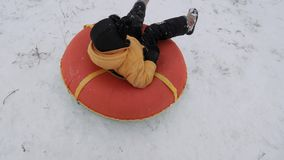 Потеха снега зимы дети едут трубопровод от скольжения сток-видео