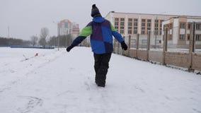 Потеха снега зимы ноги подростка ехать на лед-шлюпке видеоматериал